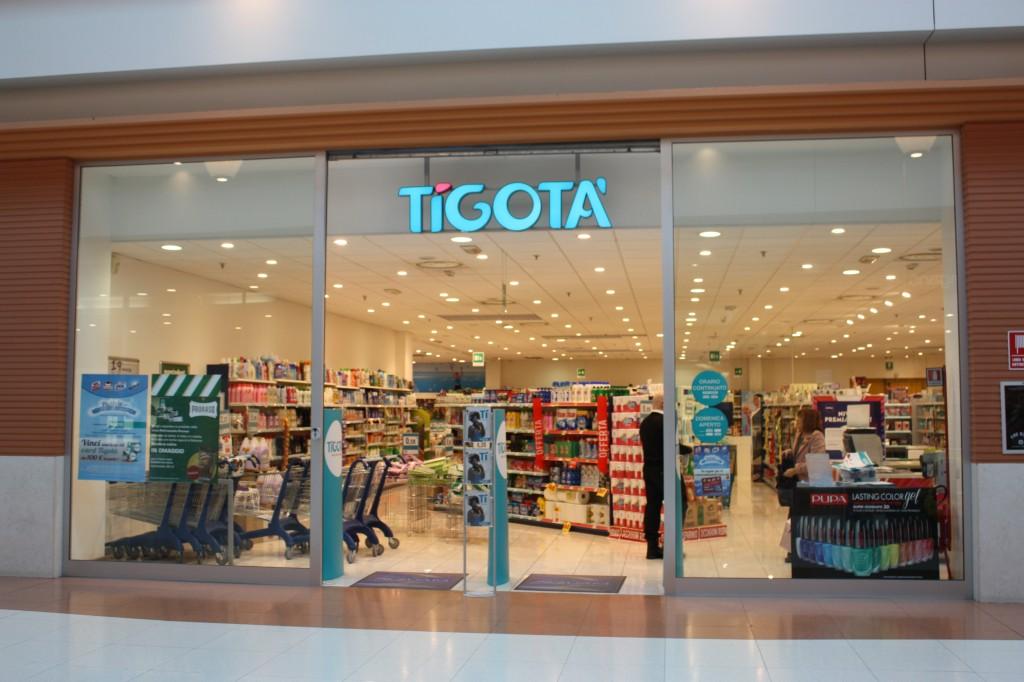 Al centro comerciale in minigonna e autoreggenti nere - 1 10